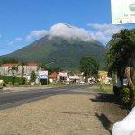 Frente del hotel con vista al volcán