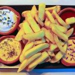 Patatas fritas a las cuatro salsas taberneras