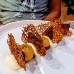 un dessert sablé au sarrasin accompagné d'un crémeux aux fruits de la passion et chocolat
