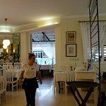 salle principale, avec au fond les tables à réserver