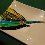 デザートプレートにソースで魚が描かれている