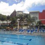 Vista de la piscina y parte del hotel