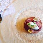 """Dessert du menu dégustation """"Croque macaron sorbet à la rose et crémeux framboise"""""""