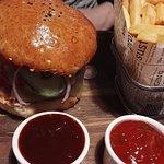 Hamburger klasyczny z frytkami