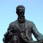 Buste de Rimski Korsakoff devant le théâtre Marinski