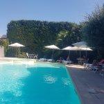 Belle piscine extérieure bien agréable en pleine chaleur