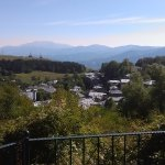 Θέα του Νυμφαίου από την αυλή του ξενώνα