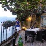 Romantische Terrasse am Lago Maggiore, Bedienung scheut die langen Wege nicht