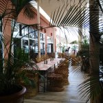 Cafetería del hotel y salida directa a la playa.