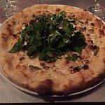 Pizza chèvre miel pousses d'épinard et noix