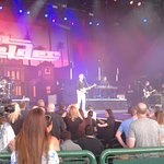 Durante el concierto, Dan Felder