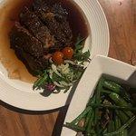 Dagelijks wisselende vlees (steak) plus a side of greens