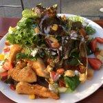 Salat mit Hühnerstücken und Chilimarinade