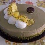 torta semifreddo al gusto di mandorle con copertura al pistacchio