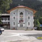 """Facciata """" storica """" sulla S.S. Dolomites e imbocco per il Passo Costalunga"""