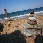 Plage de sable et petits cailloux, mer  transparente