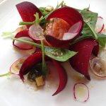 Entrée : gravelax de saumon sur lit de quinoa, avec des lamelles de betterave crue et de radis