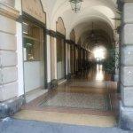 alcune vetrine che affacciano sul portico di Via Rivarola
