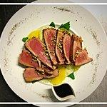 Scottata di tonno rosso alla soia e pistacchi