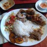 Cuisse de poulet, riz, salade, sauce yassa ( alors que j'avais demandé mafé), banane plantain