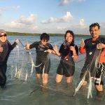 Menjala ikan di pulau pasir, Leebong, Belitung