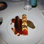 magret grillé et jus à l'estragon, feuilletée de légumes de saison, caviar d'aubergine