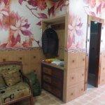 La suite, avec sa salle de bains et un grand fauteuil