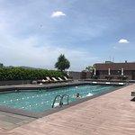 プールにジムにラウンジに家族でもカップルでもかなり楽しめる高級ホテル。