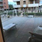 Terrazzo che gira intorno all'appartamento, camera da letto e vista di fronte. Primo piano.