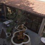 Vue de notre chambre du patio ou nous avons pris le petit dej ,cet hôtel est d'une pure beauté !