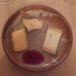 Assiette de fromage (St nectaire, brie, tome de chèvre) et sa confiture au vin rouge