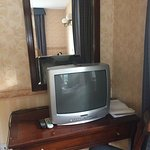 Ancient tv obscuring only mirror in room