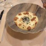 Entrées: œuf basse cuisson-émulsion truffes/tartare de veau-os à la moelle Plat: cochon de lait-
