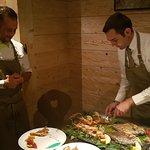 un merveilleux plat de poissons servi par Guiseppe et Stefano
