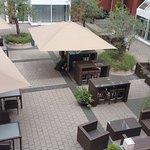 *der Innenhof mit Olivenbäumen - von der Bar oder dem Frühstücksraum zu begehen*