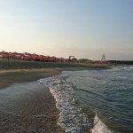 La mer noire et la plage en face de l'hôtel : il faut traverser une palissade en bois et une rou