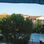 Vue de notre habitation, sur la piscine entourée de petites maisons, couvertes de bois peints.