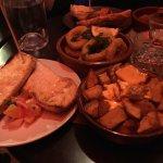 Patatas bravas ,anneaux de calamar et pan à la catalan