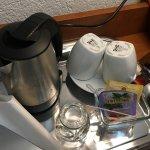 電気ポットと紅茶セット、IKEAのカップ
