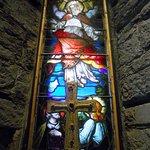 Una de las vidrieras que se conserva de la antigua iglesia anglicana.