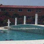 La alberca, la playa y el jardín son lo mejor del hotel.