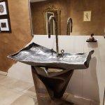 Lavabo des sanitaires commun, vous constaterez que la vasque est en métal frappé