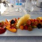 Un beau et succulent dessert de fruits et sorbets