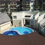 Sicht vom Zimmer 425 (Karwendel-Zimmer) auf den Nacktschwimm-Bereich.