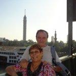 Al fondo la Cairo tower de la isla Gezirah sobre el puente
