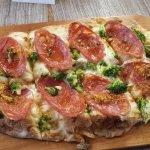Пицца салями и брокколи
