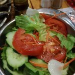 Salada acompanha a sardinha assada e batata cozida