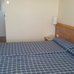 Habitacion amplia con 2 camas individuales.