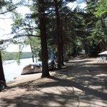 Vue sur le sentier du bord de l'eau, terrains moins intime et plus bruyants