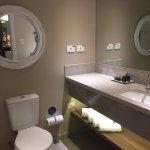 Banheiro amplo com espelhos. Oferece secador de cabelos.